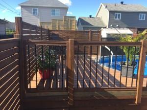 Patios composite patio bois trait for Quelle plante autour d une piscine