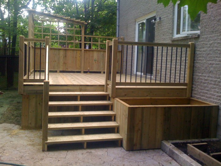 Patios plain pied patio bois trait for Mur de patio en bois