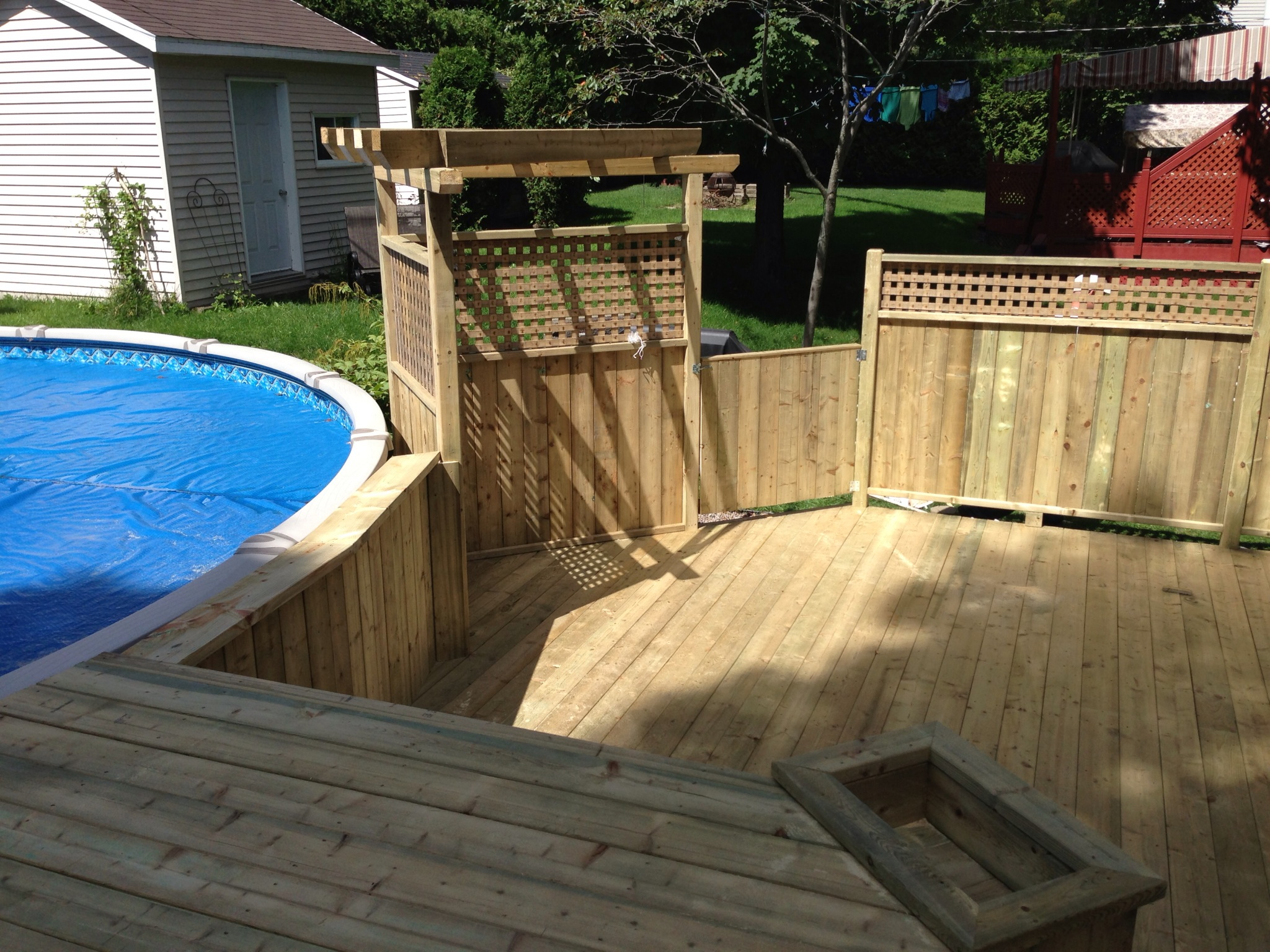 Patios decks piscine patio bois trait for Modele de galerie en bois