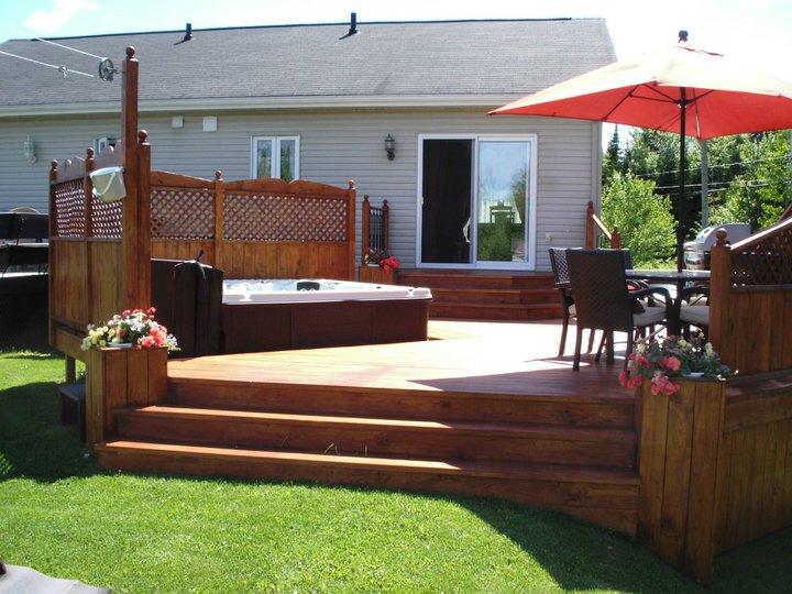 Patios pour spa patio bois trait for Amenagement patio