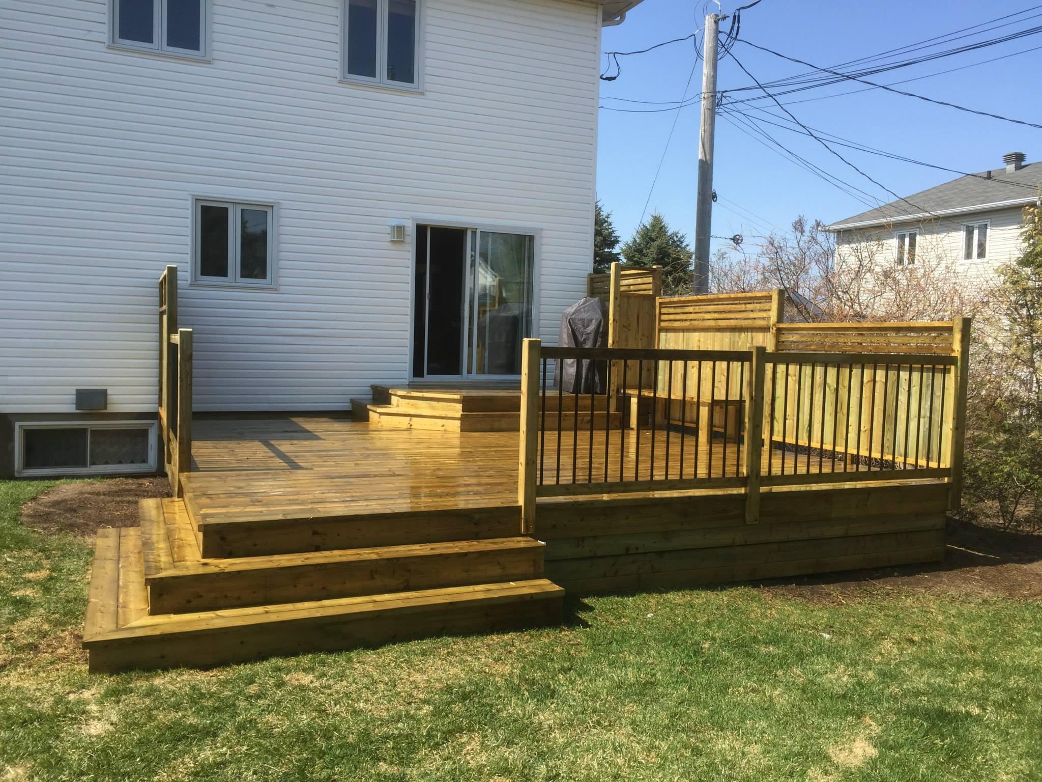 Patios multi paliers patio bois trait for Modele de patio exterieur en bois